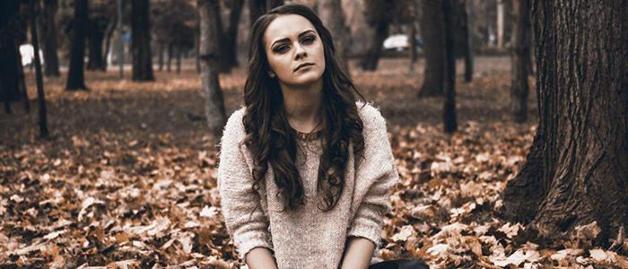 ragazza con capelli mori nel bosco da sola